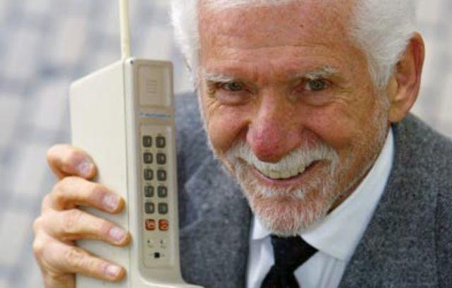 Se realiza la primera llamada desde un teléfono móvil, por el directivo de Motorola, Martín Cooper. Fue a su mayor rival en el sector, Joel Engel, de los Bell Labs de AT&T, y la hizo desde una calle de Nueva York.