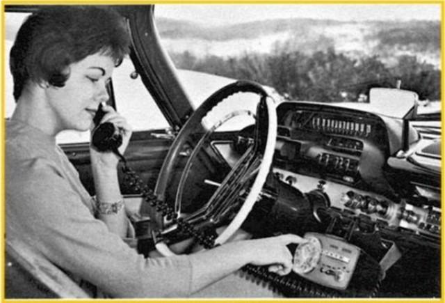 Ericsson lanza el sistema este sistema seguía utilizando canales de radio analógicos con modulación en frecuencia (FM). Era el primer sistema del mundo de telefonía móvil tal como se entiende hasta hoy en día.