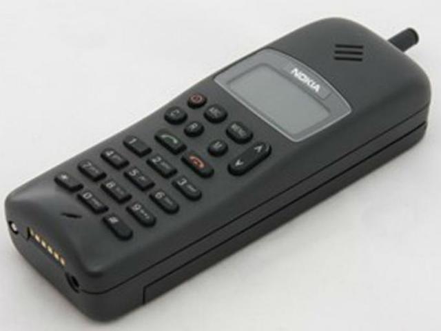 El modelo 1011, fue el primer teléfono digital de nokia. El dispositivo más ágil tenía un tiempo de conversación de 90 minutos y podia guardar 99 números de teléfonos. No tenía ni color, ni cámara, ni bluetooth, ni tarjeta de memoria