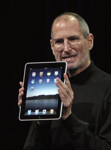 Apple lanza su primer iPad, su principal novedad con respecto a sus predecesores fue la interfaz diseñada específicamente para usar con los dedos