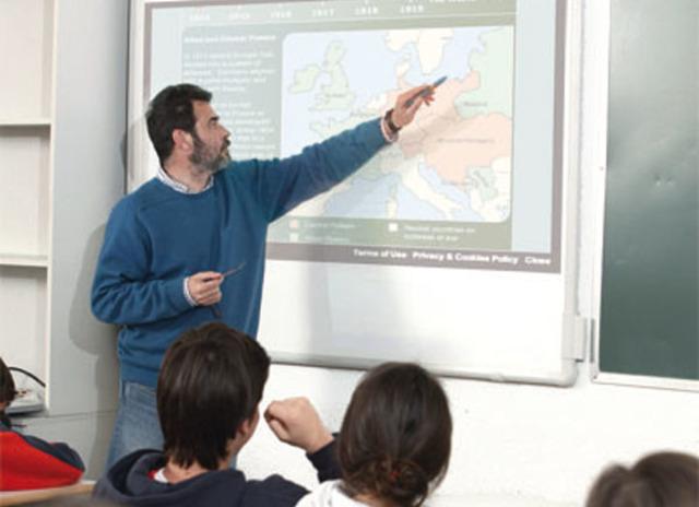 Alonso y Gallego describenlas siguientes funciones que debe cumplir el profesor de la era tecnológica