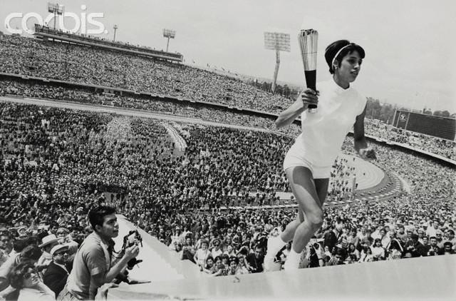 Una mujer carga por primera vez la antorcha olímpica