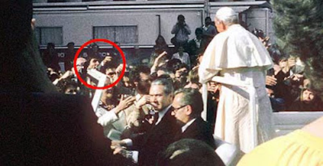 Juan Pablo II sufre un intento de asesinato