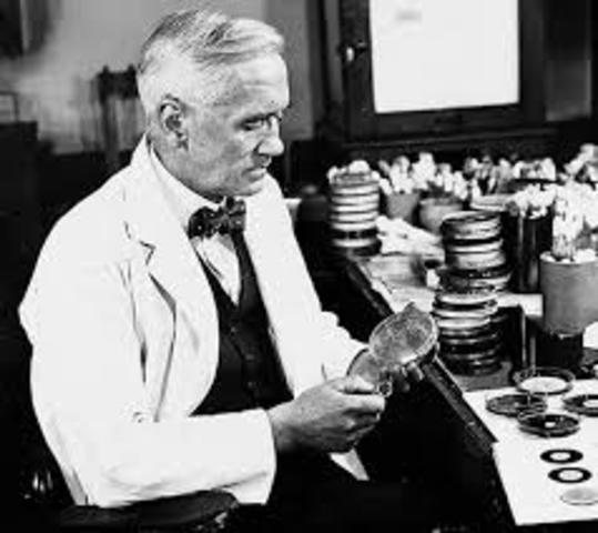 Sir Alexander Flemming descubre la penicilina antibiótica