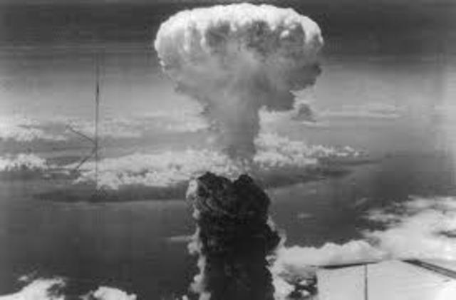 Se utiliza la bomba atómica en enfrentamientos bélicos.