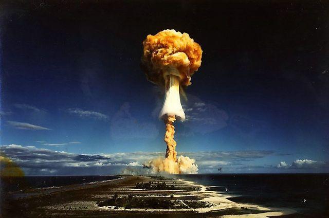 Se prueba la bomba de hidrógeno.