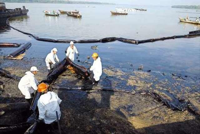 Exxon Valdez derrama 42 millones de litros de petróleo crudo en la costa de Alaska.