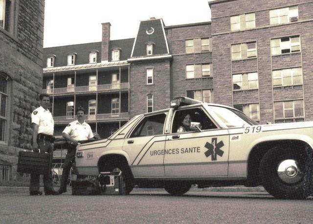 Soins avancés effectués par les médecins sur la route à Montréal