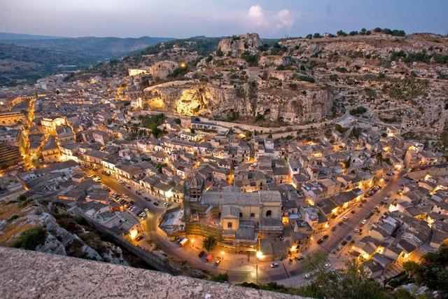 Inicia su tercer viaje a Sicilia.