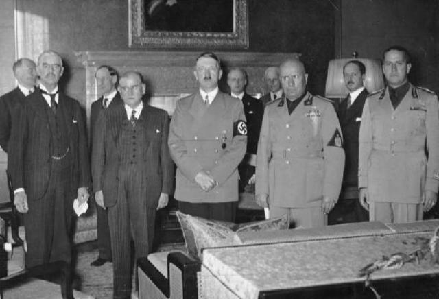 En Octubre de 1937: Conferencia de Munich (Alemania), con la participación de Chamberlain, Daladier, Adolf Hitler y Mussolini.