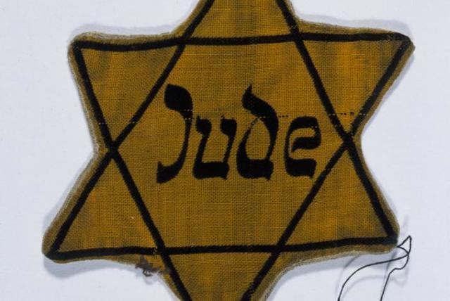 """Las autoridades alemanas requieren que antes del 1 de Diciembre de 1939 todos los judíos deben llevar en sus vestidos la estrella de David, con la inscripción """"Judío""""."""