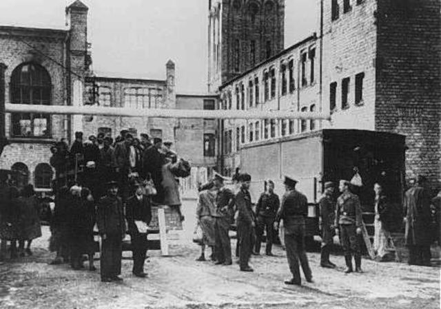 Las autoridades alemanas empiezan a deportar judíos del Reich alemán a los ghettos de Lodz, Riga y Minsk.
