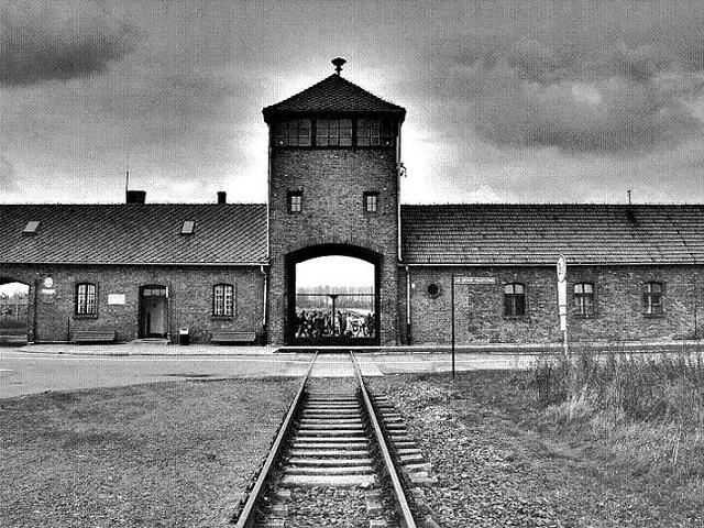La SS establece un segundo campo en Auschwitz, Auschwitz II o Birkenau. El campo estaba originalmente designado para el encarcelamiento de un gran número de prisioneros de guerra soviéticos pero posteriormente se usó como centro de matanza.