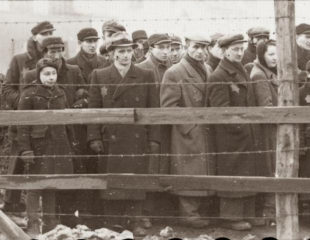 Habilitación del campo de exterminio de Chelmno (Polonia), al lado de Lodz. Hasta Abril de 1943 fueron exterminados allí 320.000 judíos. Masacre de Riga (Letonia) con 27.000 muertos.