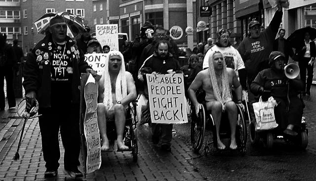 En los 70s surgieron  Movimientos Sociales de Personas con Discapacidad,cuyo objetivo era luchar por mejorar la calidad de vida de las personas con discapacidad, asegurar la accesibilidad al medio físico y social, y por el derecho a una vida independiente