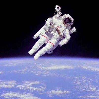 El hombre en el espacio timeline