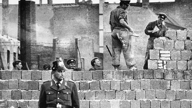 Se contribuye el muro de Berlín