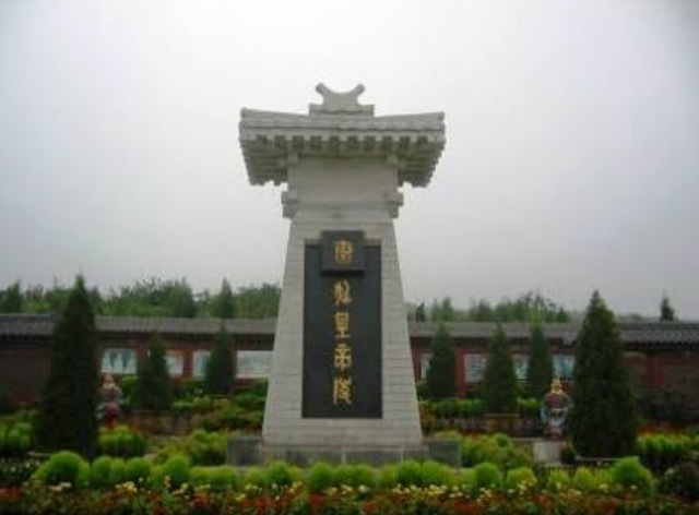 Qin Shi Huang dies