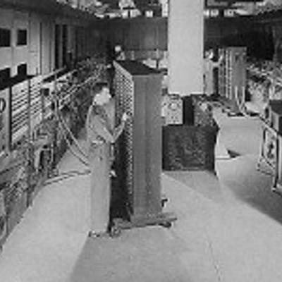 Primera generación de hardware.El componente principal de fabricación era el Tubo de Vacío, esto hacia que las computadoras sean de gran tamaño, podían ocupar varias habitaciones, la cantidad de tubos hacia que generaran mucho calor. timeline