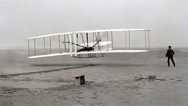 Primer vuelo con una máquina más pesada que el aire