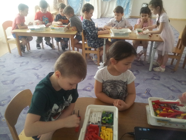 С 2016 года в структурном подразделении проходят занятия с воспитанниками по программе «Основы робототехники для детского сада. WeDo».
