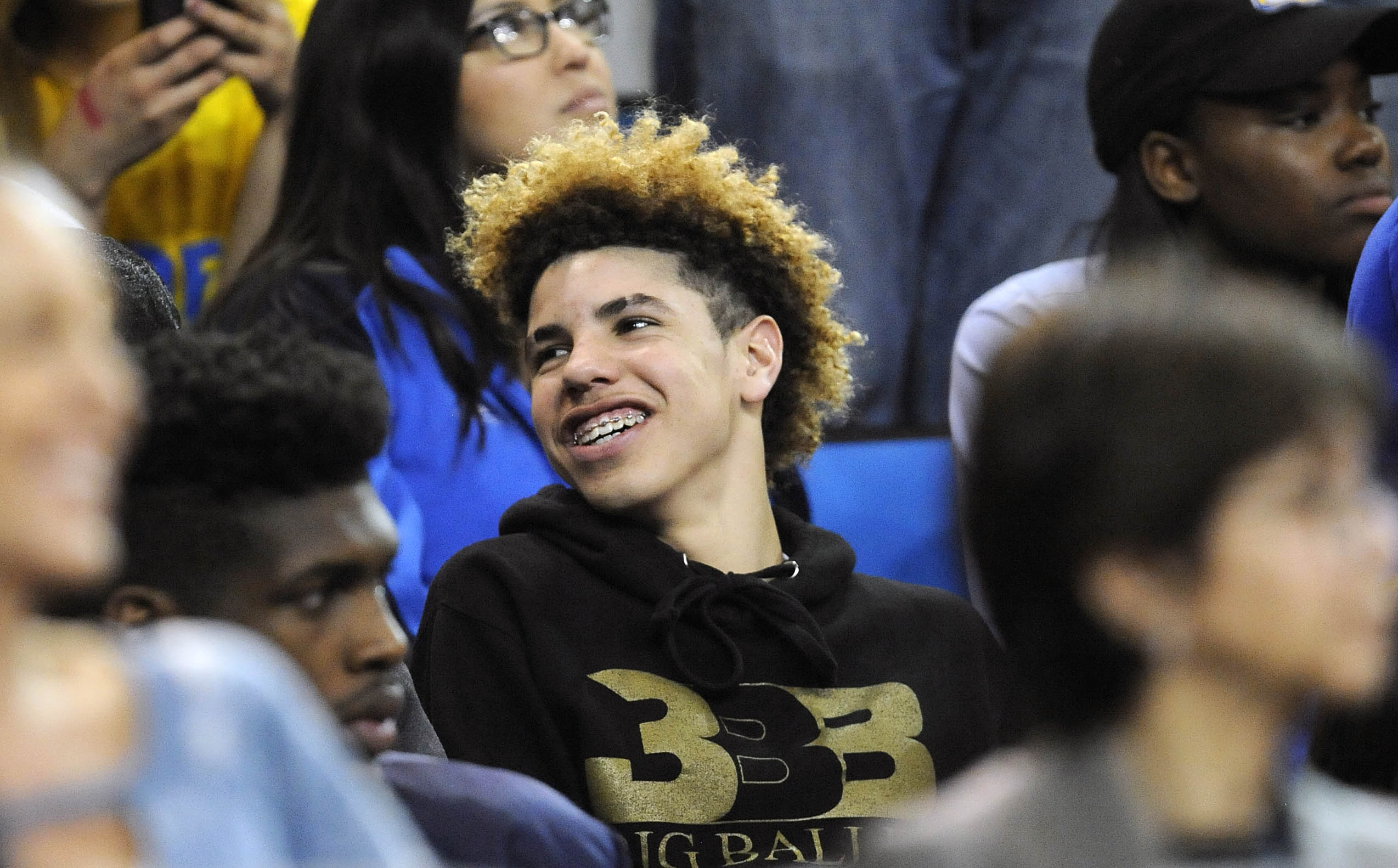 LaMelo Ball shouts racial slur on WWE 'Monday Night RAW ...