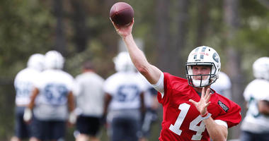 Sam Darnold throws the ball during New York Jets rookie mini camp on May 4, 2018 at Florham Park, NJ.