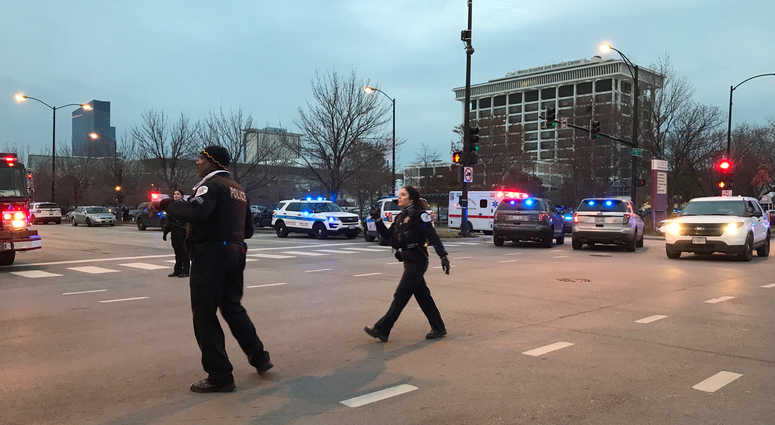 Gunman dead, 4 people critical - including police officer - in Chicago hospital shooting