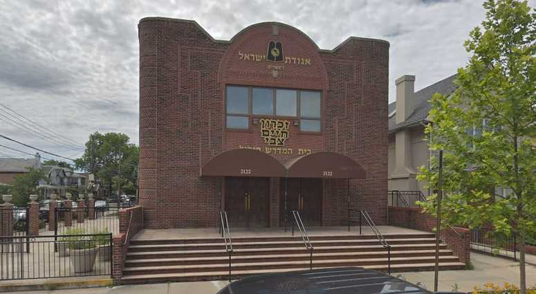 Police were called after reports of a knife wielding man threatening people outside of a Brooklyn synagogue.