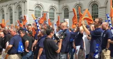 Cops rally outside city hall after a year without a contract.