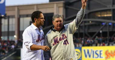Former Mets players Tom Seaver and Mike Piazza greet fans before throwing out the first pitch