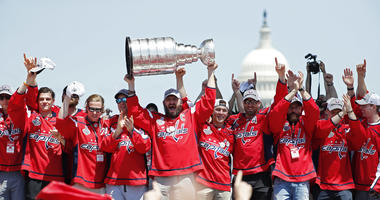 Ovi_Hoists_The_Stanley_Cup_Parade