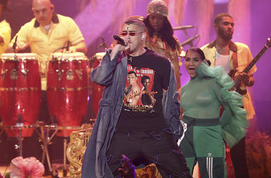 "Bad Bunny interpreta ""I Like It"" durante la ceremonia de los American Music Awards, el martes 9 de octubre del 2018 en el Teatro Microsoft en Los Angeles."