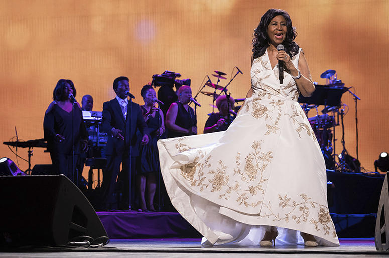 "En esta foto del 19 de abril de 2017, Aretha Franklin actúa en el estreno mundial de ""Clive Davis: The Soundtrack of Our Lives"" en el Radio City Music Hall, en Nueva York, durante el Festival de Cine de Tribeca. Franklin murió el jueves 16 de agosto del 2"