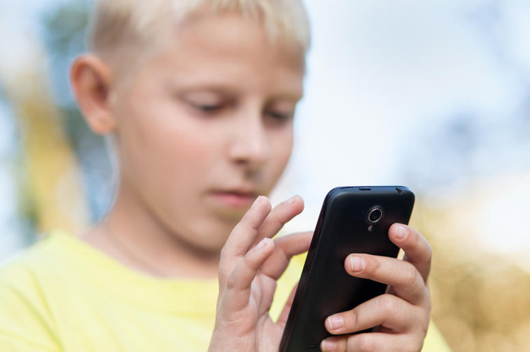 child uses smartphone