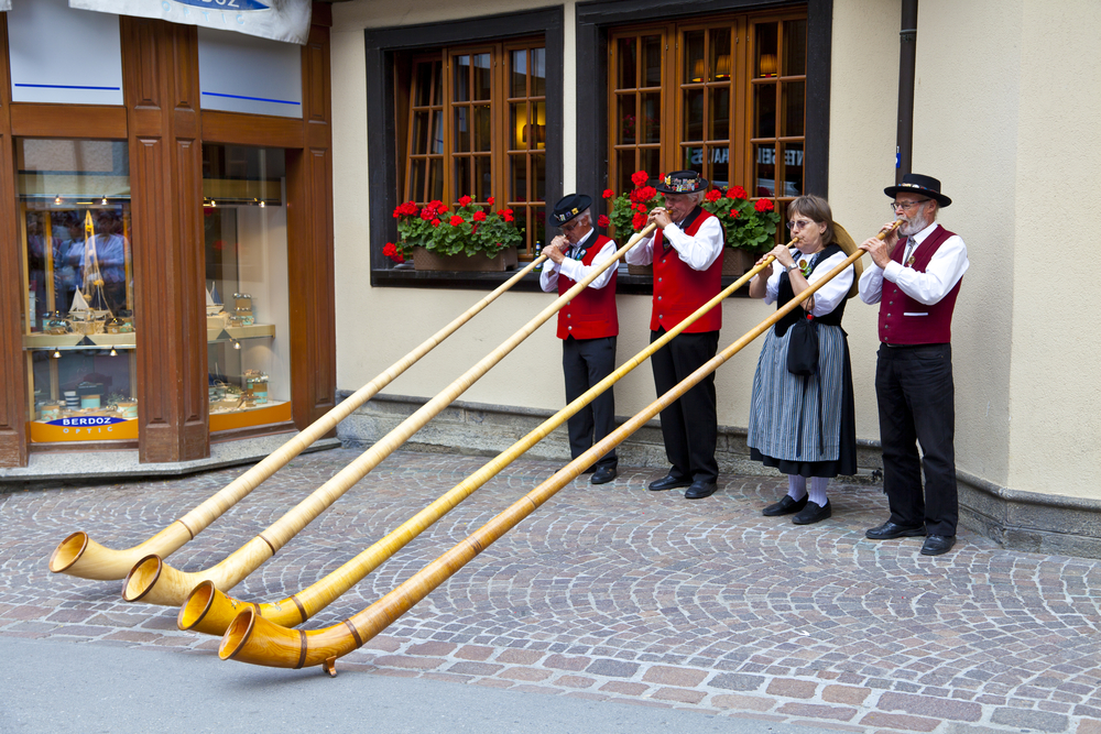 Swiss musicians play in Zermatt_85981060