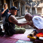 Hindu Brahmin blesses tourists_128328584