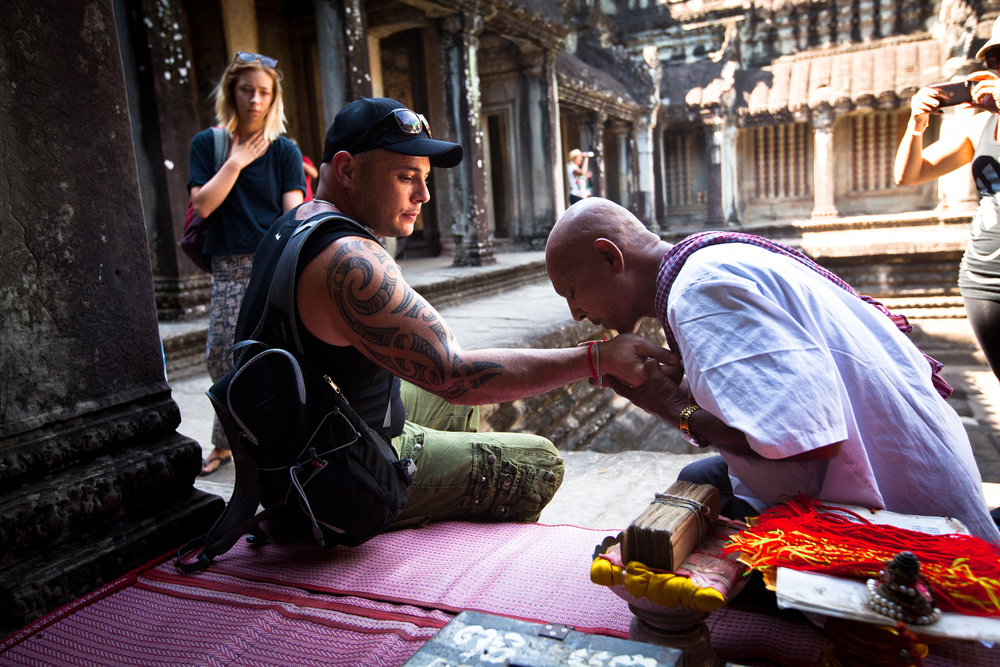 Hindu Brahmin blesses tourists_128328584