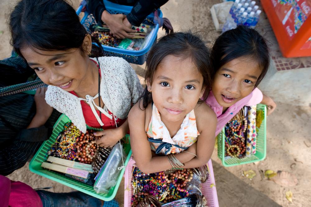 selling souvenirs at Angkor Wat temple_34558114