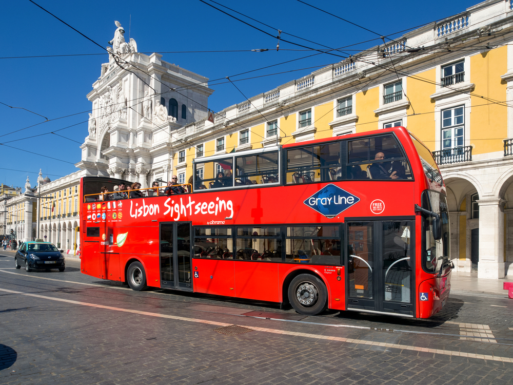 Sightseeing bus in Praca Comercio_383298082
