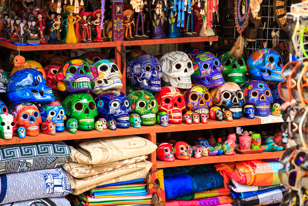 Colorful skulls souvenirs in Playa del Carmen_190028564