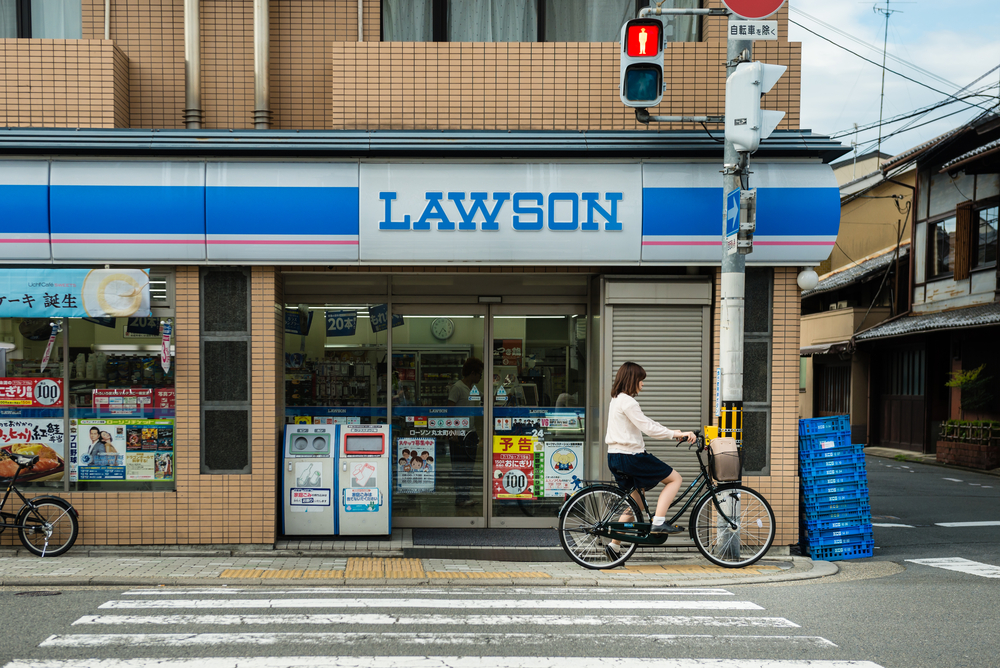 Kyoto street lawson_300925862