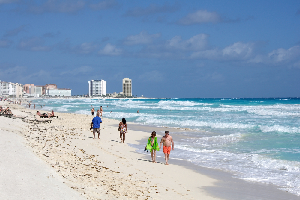 Crowded beautiful beach in Cancun_194185229