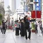 Street dancers in Shanghai main shopping district_118680442