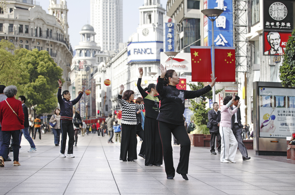 Street dancers in Shanghai main shopping district_118680442