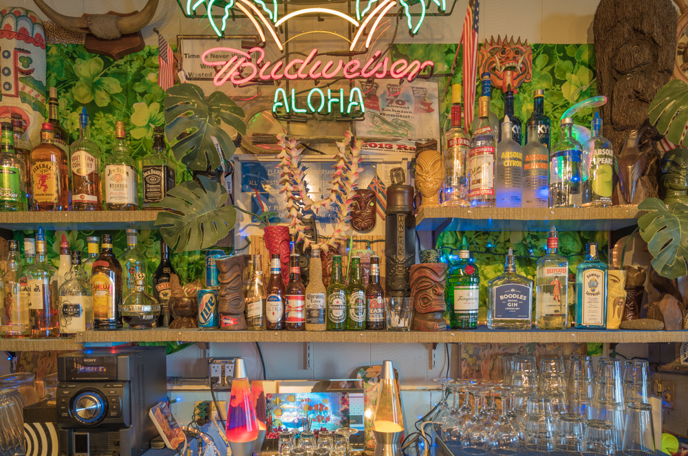 tiki bar in Waikiki_400163080