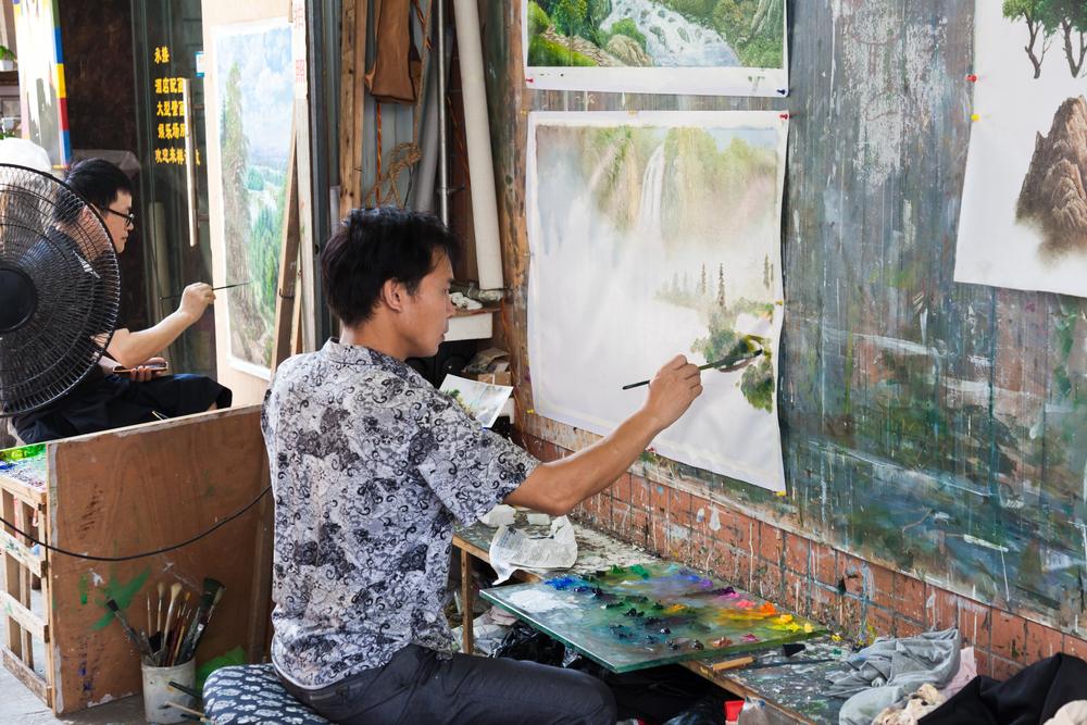 Dafen Village at work in Shenzhen_319687904