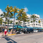 famous Ocean Drive Avenue in Miami Beach._400436203