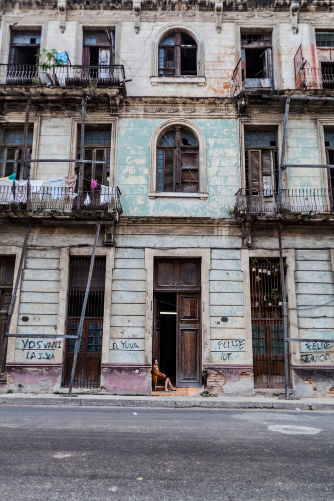 dilapitated building in Havana_445236754