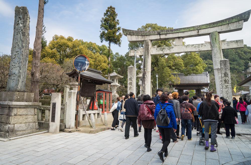 Chinese tourists enter Dazaifu Temple_417126886